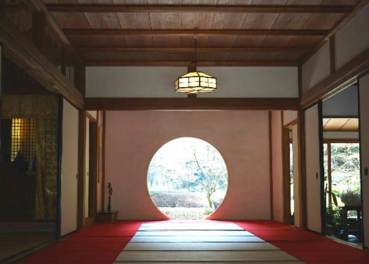 「體悟之窗」身後的是,一年只對外開放兩次的「後庭園」