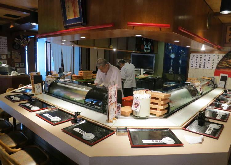 Enjoying Cheap & Delicious Sushi in Neon-Lit Shinjuku!