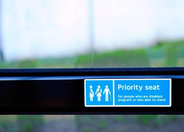 6:電車やバスでお年寄りに席を譲らないのはありえない!