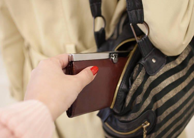 在人潮擁擠處多留意錢包與手機等貴重物品!