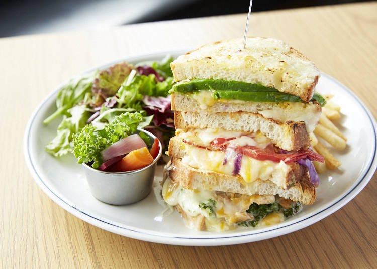 3종류의 치즈가 녹아든 볼륨 만점 '그릴드 치즈 멜트 샌드'(1550엔)