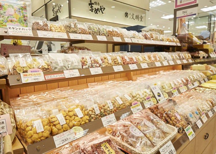 【鎌倉豆屋】可以試吃各種商品,品項豐富的豆菓子專賣店