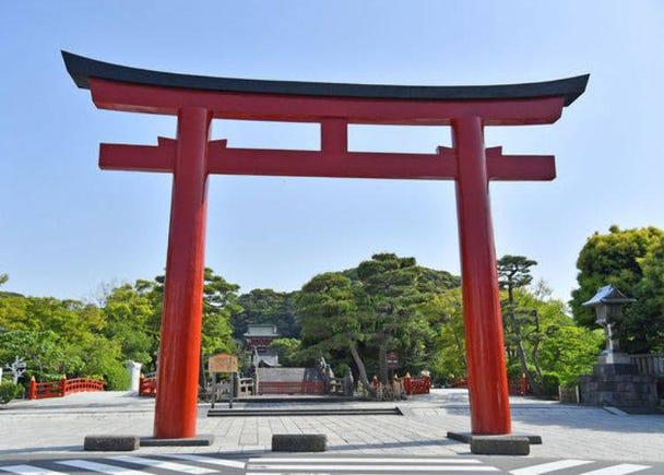 Through Sannotorii Gate To Tsurugaoka Hachimangu Shrine