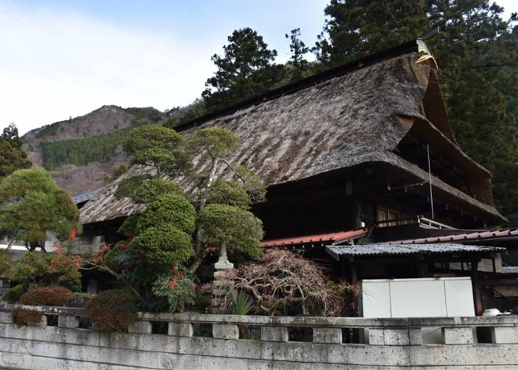 【兜家旅館】築250年以上の合掌造りと山の幸を楽しめる、森に囲まれた宿