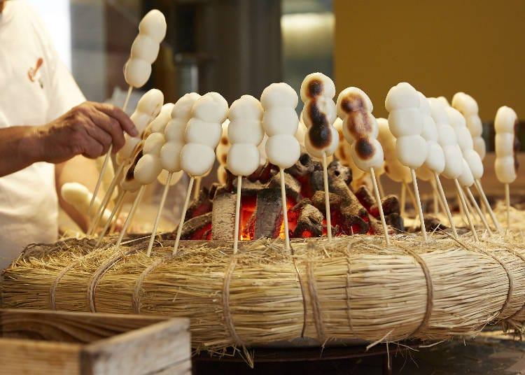 用炭火將外面烤的酥脆裡面Q彈,核桃味噌醬讓人愛不釋手的「三福糰子」