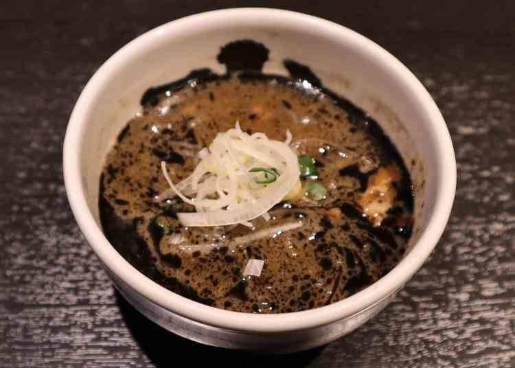 黒の焦がし油が香る、麺との相性バッチリの濃厚スープ!