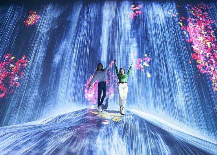 """尽情享受瀑布与人融为一体的无界世界!/""""在人们聚集的岩石上,注入水粒子的世界"""""""