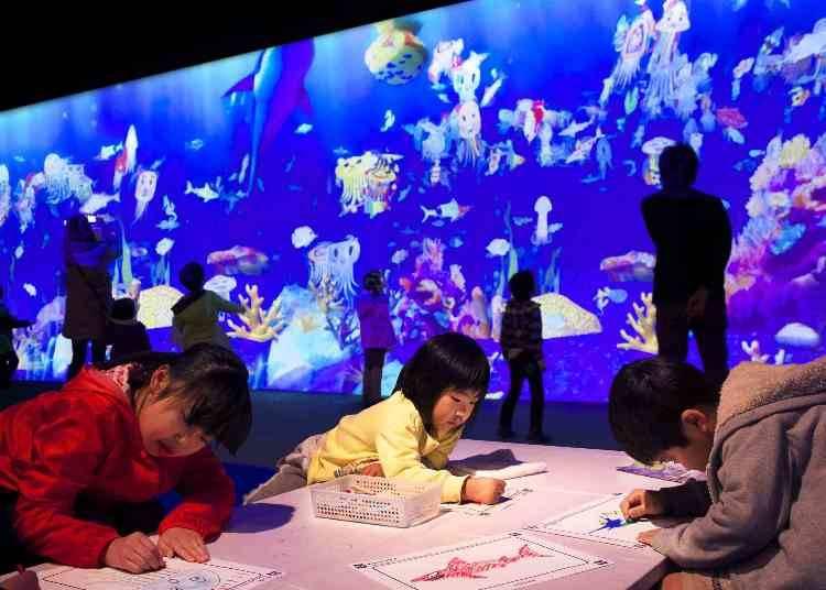 その7:子供たちに大人気!お絵かき水族館では自分の絵が泳ぐ!