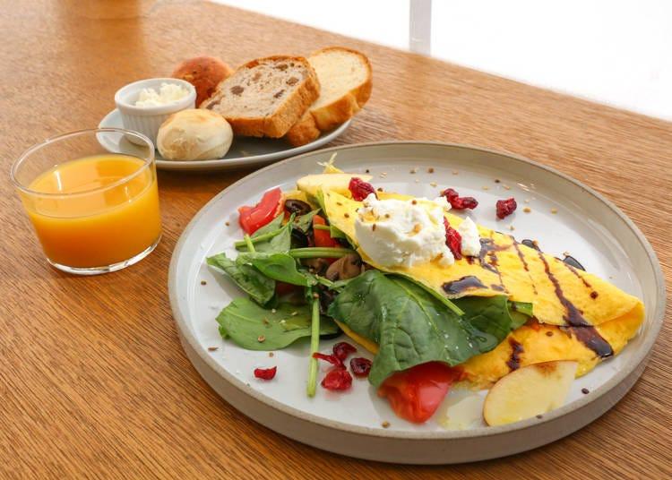 Koe lobby café: Stylish breakfast buffet with freshly baked bread!