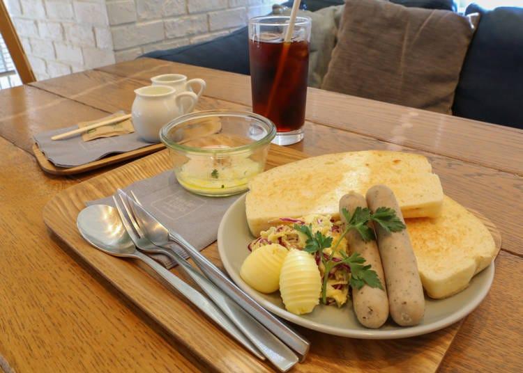 ドイツ風のパンとソーセージで朝食を「café 1886 at Bosch」