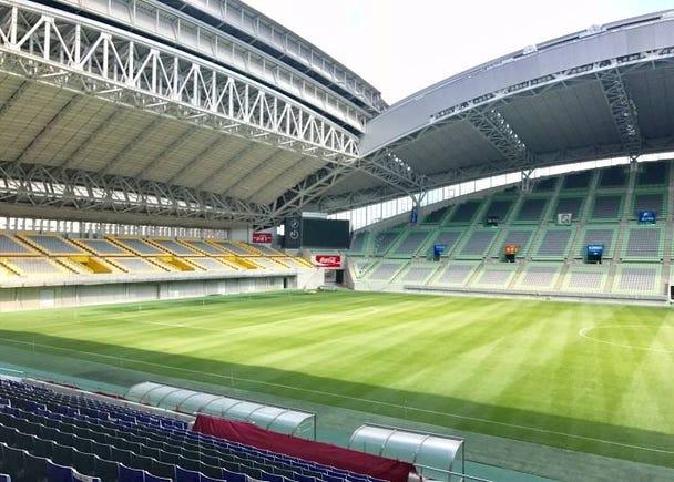 雨に濡れずに観戦できる「神戸市御崎公園球技場」