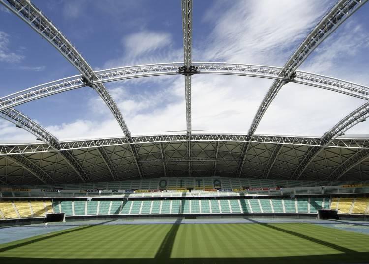 让自然光洒落的球场「大分运动公园综合竞技场」