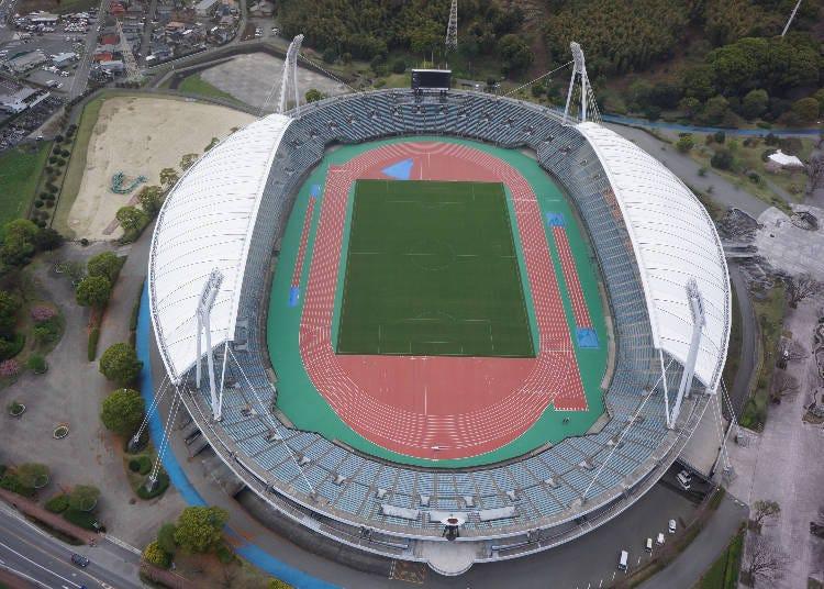 以鸟的翅膀为概念的大屋顶作为特色的「熊本县民综合体育公园田径场」
