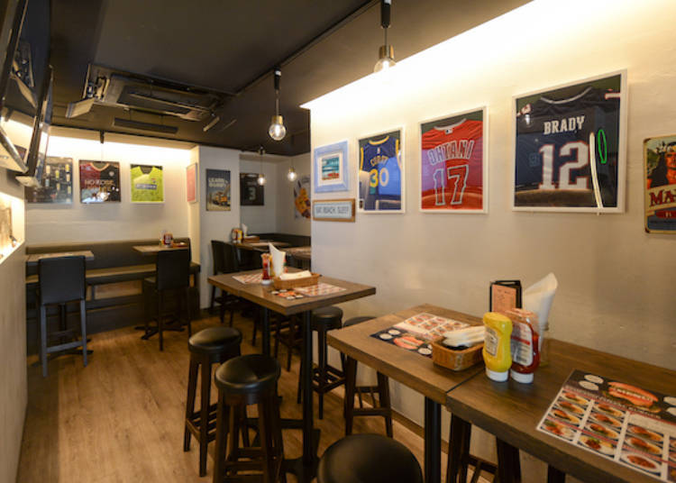 1. It Balls -Shibuya Bar-: Constant stream of sports events on four monitors