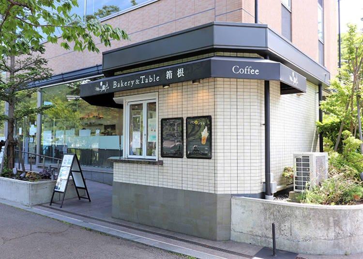 ■足湯カウンターで芦ノ湖を眺めながら食事を楽しめる「ベーカリー&テーブル箱根」