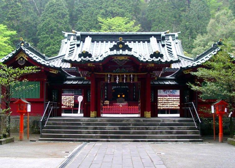 Enjoy Lake Ashi while visiting historic sites and reinvigorating spots