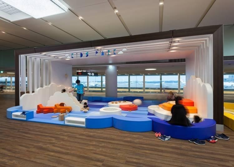 在成田機場的孩童遊戲區與小孩們一同玩樂吧!