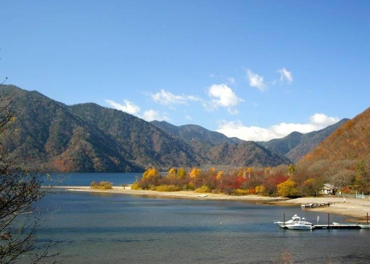 """[ฤดูใบไม้ร่วง] """"ทะเลสาบจูเซ็นจิ"""" ความงดงามที่ตัดกันของใบไม้แดงและท้องฟ้า"""