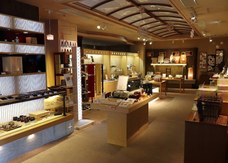 ■传统工艺品满溢的商店及艺廊