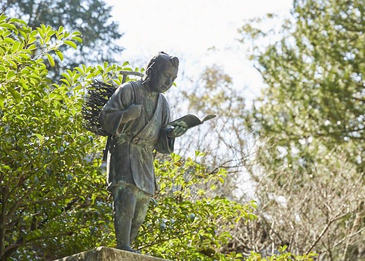 二宮尊徳を祀る「報徳二宮神社」では、外国人ガイドが神道の概念を案内