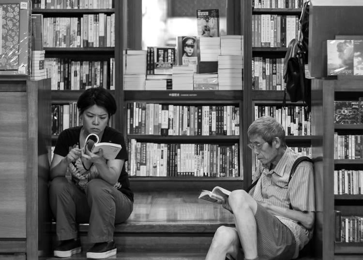 5. 書店裡大家都坐在地板上看書!