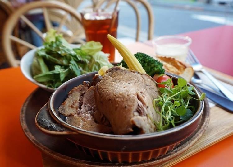 在24小時營業的「Sakura Cafe & Restaurant」暢談旅行中的奇聞趣事