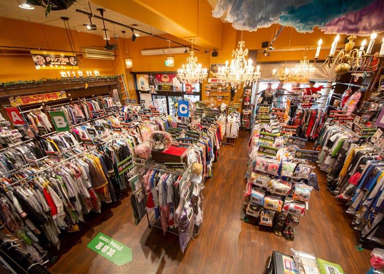 다양한 상품을 선보이는 'K-BOOKS 이케부쿠로 코스프레관'