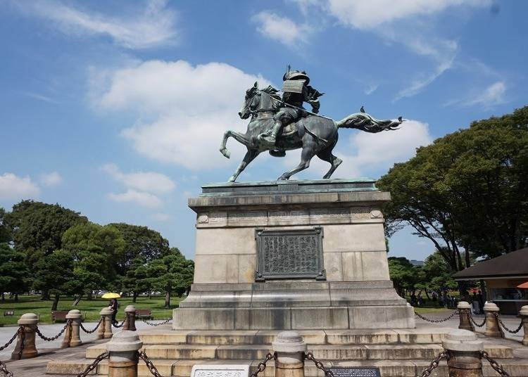 The statue of Kusunoki Masashige, with his undying loyalty for the emperor