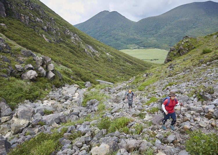 ■今回のコース最大の難関!岩をよじ登ってスガモリ峠を越え、硫黄山を眺める
