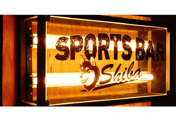 こだわりの設備で大迫力のスポーツ観戦ができる!「SPORTS BAR Shiba」