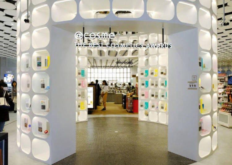 原宿逛街景点2. 爱追时下流行美妆品必访! JR「原宿」站步行1分钟「@cosme TOKYO」