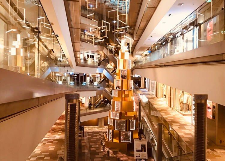 原宿拍照景點④ 氣勢十足又時髦的挑高大樓梯「表參道hills」
