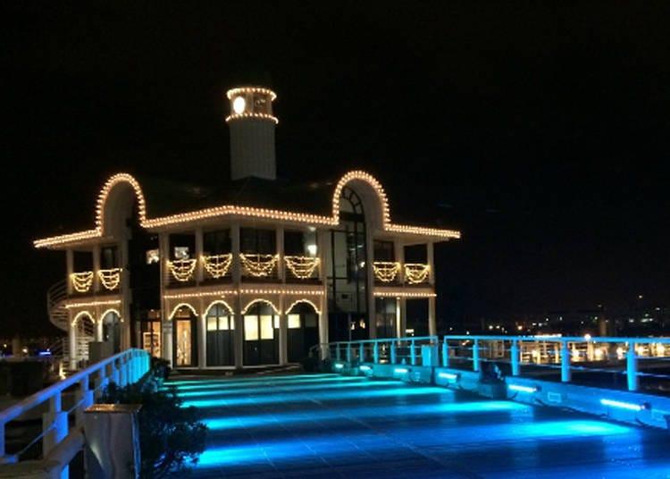 横浜港の夜景との光の競演「パシフィコ横浜 ウィンターイルミネーション2020」