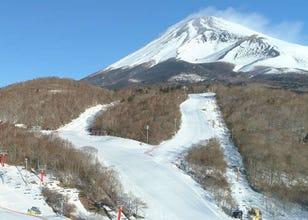 日本最速オープン!富士山2合目のスキー場「イエティ」は、家族でも初心者でも楽しめる遊び場
