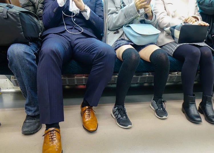 日本人の電車での過ごし方。携帯電話をずっと見てる!