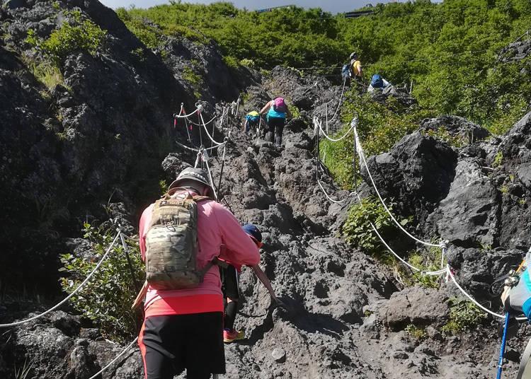 富士山登山注意事项②擅自走到登山步道以外的地方非常危险!