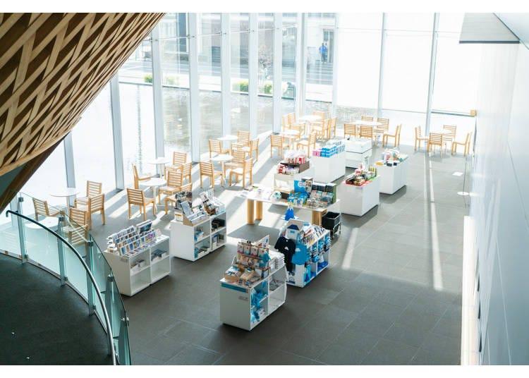 到富士山世界遺產中心裡的「咖啡店&博物館商店」買點伴手禮吧!