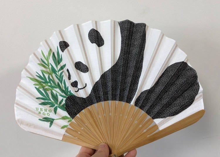 上野動物園人氣熊貓商品-第5名:利用熊貓園滾滾身形的剪裁可愛逗趣「扇子 熊貓」