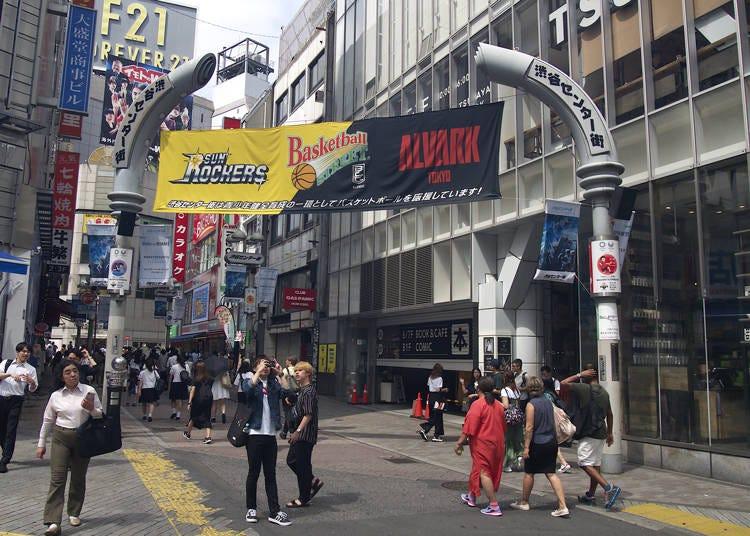 2. 渋谷を行き交う多くの人で賑わう「渋谷センター街」
