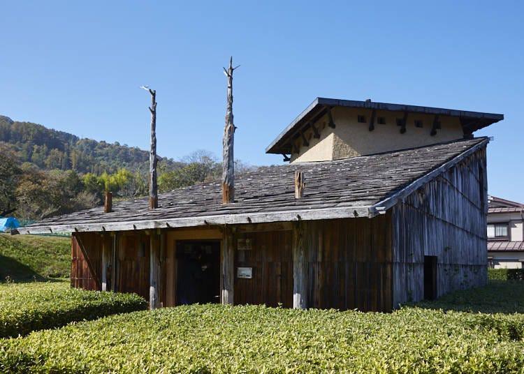 ■스와타이샤의 제례 재현. 조몬 건축이 특징적인 '진초칸모리야 사료관'