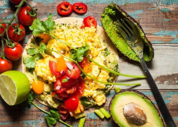 アメリカ人の卵料理:チリソース&ガーリックで濃厚スクランブルエッグ