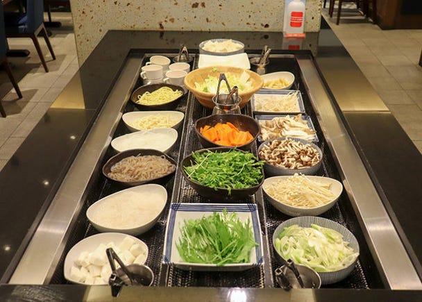 こだわりの新鮮野菜や鍋の具材はビュッフェ形式で!