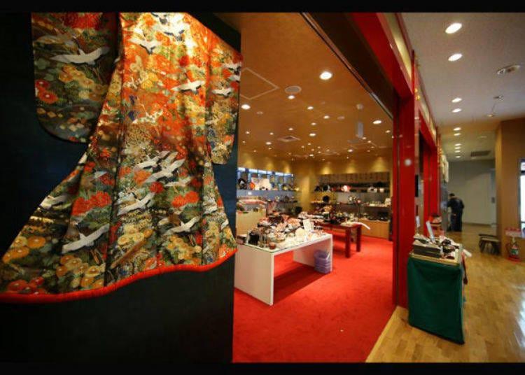10. '덴쇼도'에서 일본 전통기술이 빛나는 기념품을 찾아보자