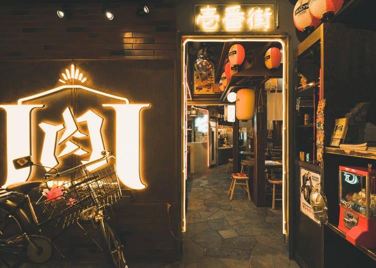 本場博多の屋台をイメージしてつくられた店内で「豚野郎」名物の野菜巻きを堪能!