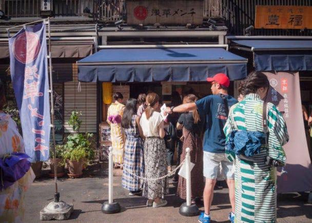 PM2:30 数々の賞を受賞した大人気店「浅草メンチ」のメンチカツを食べる