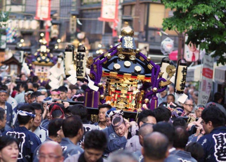 7. 歴史あるお祭りに参加して下町のローカル感を味わう