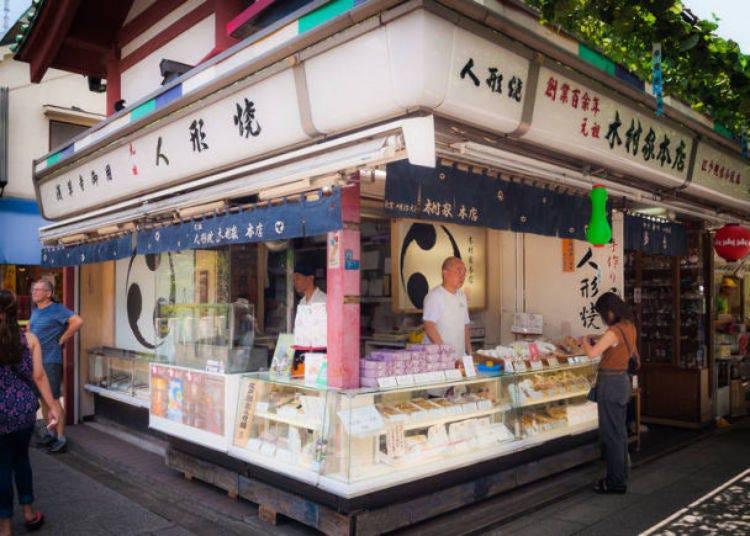 2. 나카미세도리'에서 명물 디저트를 먹으며 주변 산책하기