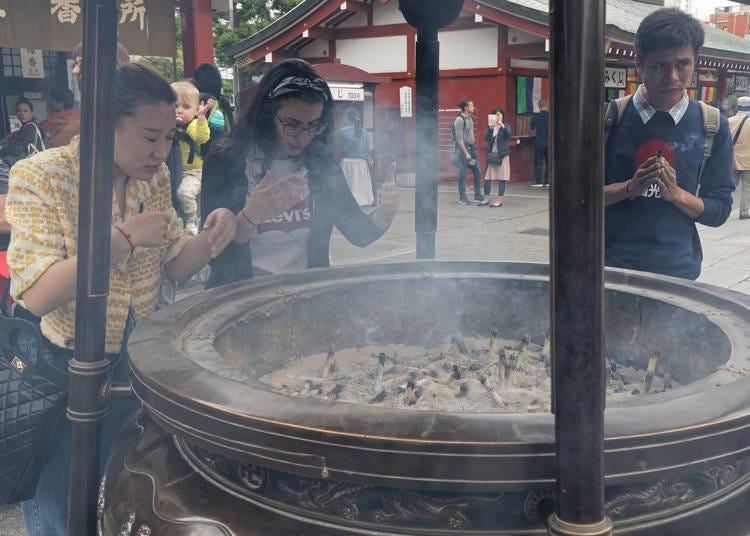 為何大家都要聚集在淺草寺的香爐旁邊?