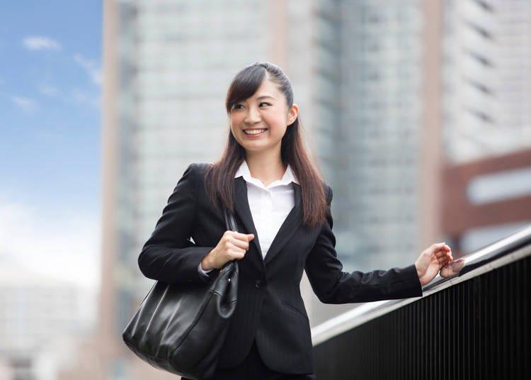 日本では当たり前の就活スーツが実は珍景!