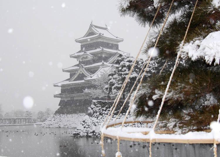 四季松本城-冬天披上雪白绒毯的松本城